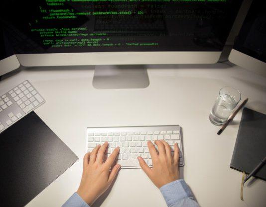 היתרונות והחסרונות בלקיחת שירות ממתכנת לא ישראלי מfiverr